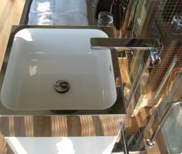 Nowoczesna łazienka z bezpiecznym wyposażeniem