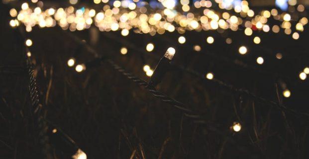 Dekoracje wykonane z kurtyn świetlnych? Jaki dają efekt?
